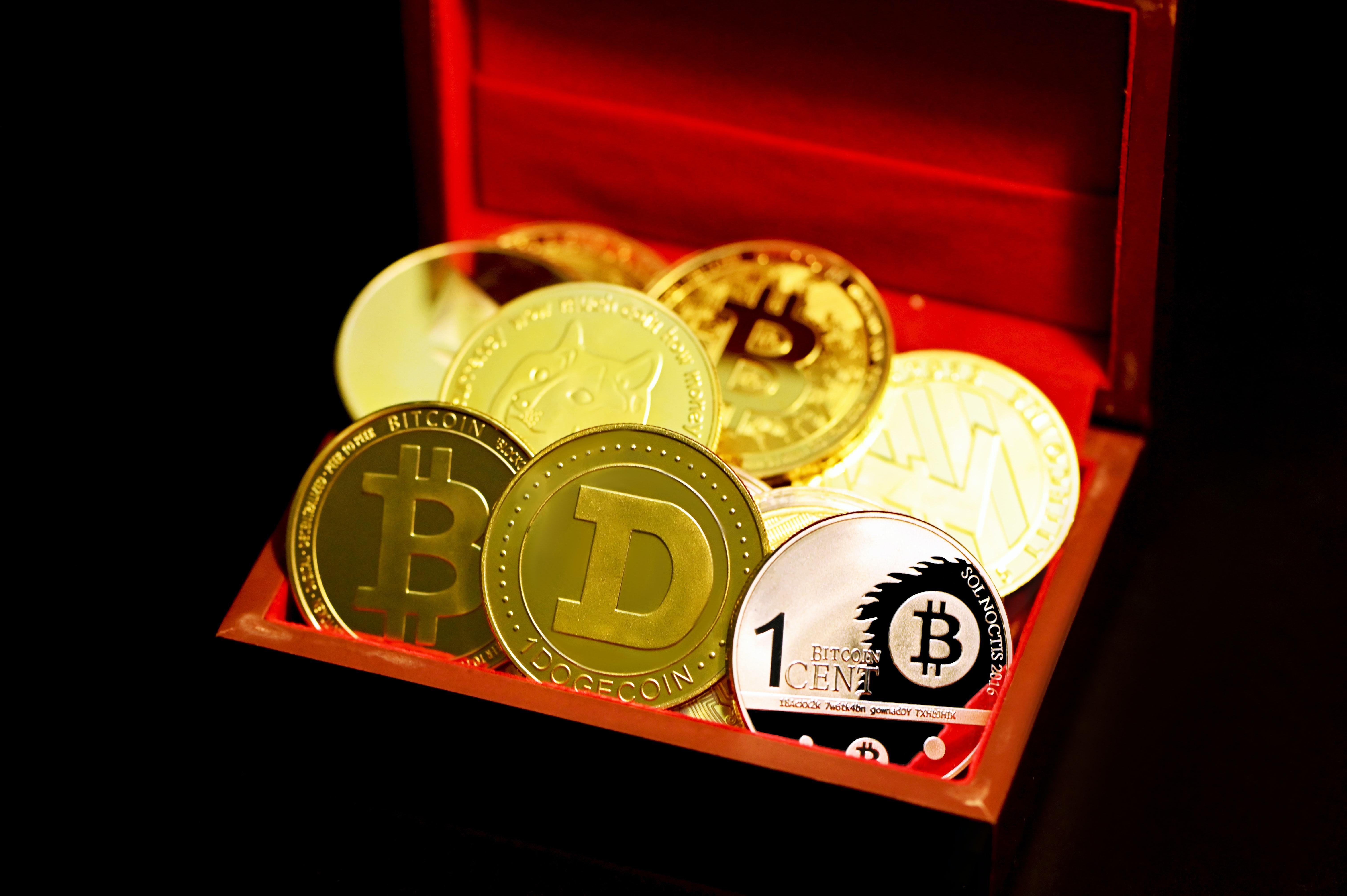 Különböző kriptovaluták egy barna-piros dobozban